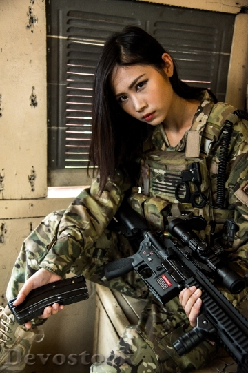 Devostock FEMALE SOLDIER ASSAULT RIFLE Preparing 2