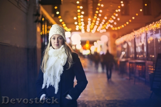 Devostock Girl Winter Hat Lights 4K