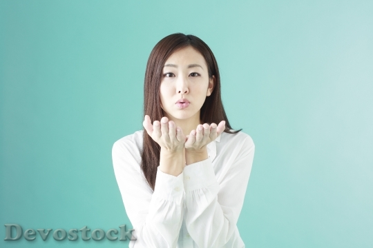 Devostock Japanese Girl Kiss Throw Symbol 4K
