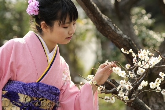 Devostock JAPANESE Girl Traditional Dress KIMONOS Flower