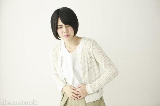 Devostock JAPANESE WOMAN STOMACHACHE SHORT HAIR