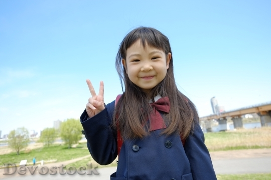 Devostock PEACE SIGN ELEMENTARY SCHOOL GIRL