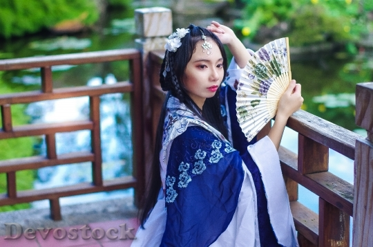 Devostock TAIWANESE WOMAN FOLDING FAN HAN COSTUMES