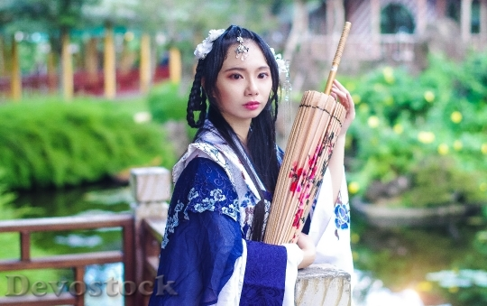 Devostock TAIWANESE WOMAN UMBRELLAS FOLDED HAN COSTUMES