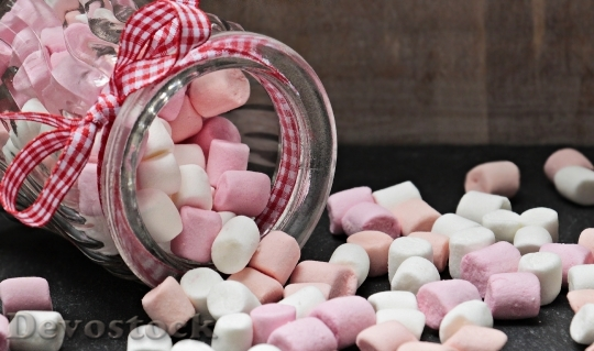 Devostock WHITE AND PINK MARSHMALLOWS