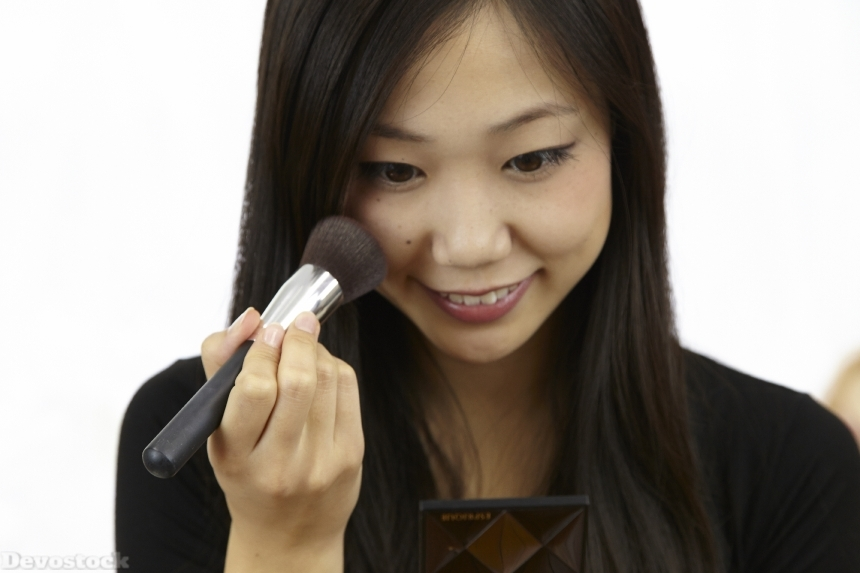 Devostock Asian Girl Makeup Brush 4k
