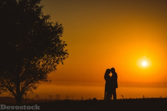 Devostock Couple Silhouette Love Hug 5g 4K