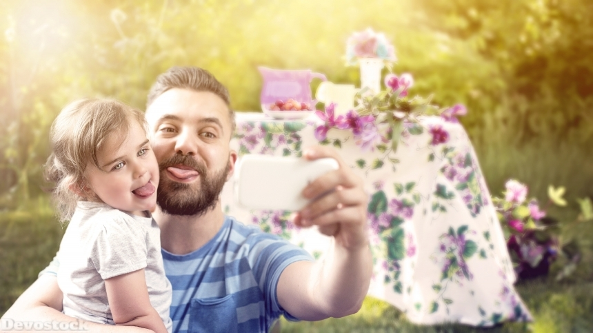 Devostock Father Daughter Taking Selfe Mobile Funny 4k
