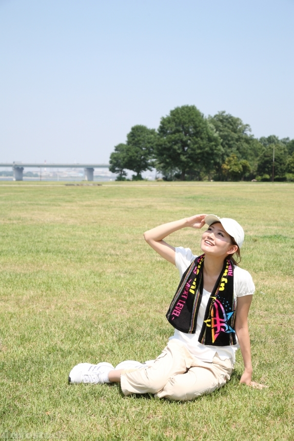 Devostock JAPANESE WOMAN SITTING GRASS LOOKING AT THE SKY Sport 4k