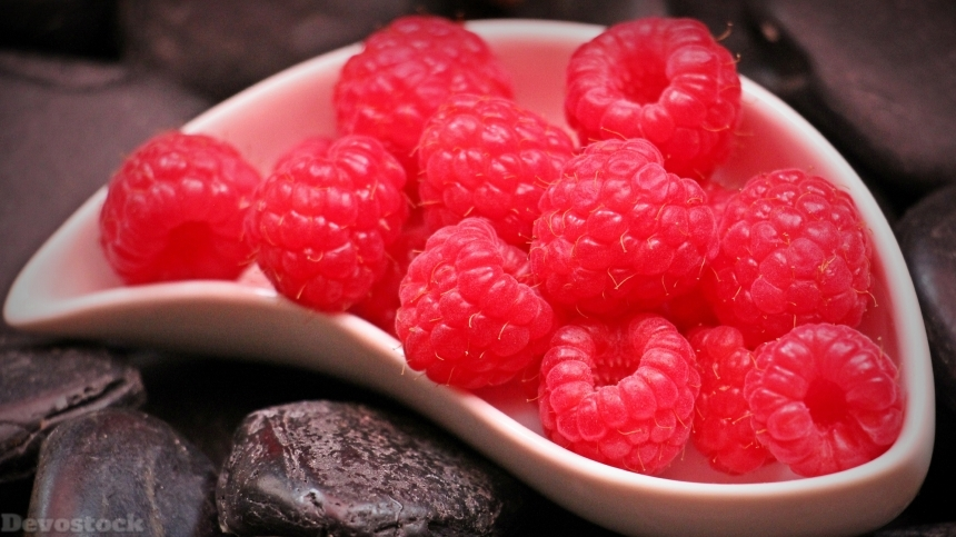 Delicious red sweet raspberry (2)